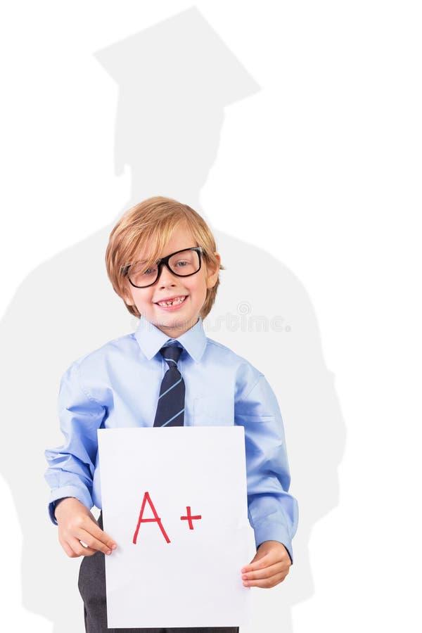 Zusammengesetztes Bild des netten Schülers a plus Grad zeigend lizenzfreies stockbild