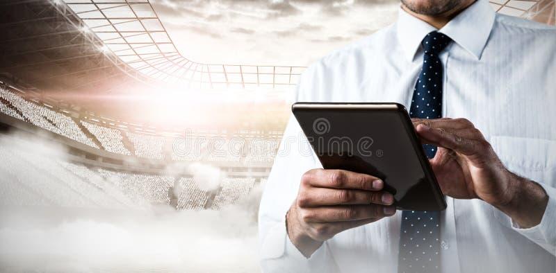 Zusammengesetztes Bild des oberen Mittelteils des Mannes, der eine Tablette verwendet stockfoto