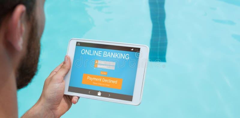 Zusammengesetztes Bild des Online-Bankings simsen auf Telefonanzeige stockfoto