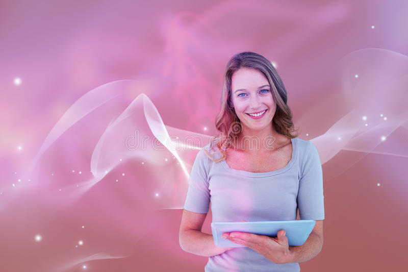 Zusammengesetztes Bild des Porträts der glücklichen Frau Tablette halten lizenzfreies stockbild