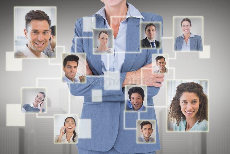 Zusammengesetztes Bild des Porträts der lächelnden stehenden Arme der Geschäftsfrau gekreuzt lizenzfreie stockfotos