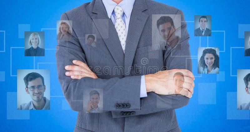 Zusammengesetztes Bild des Porträts der lächelnden stehenden Arme des Geschäftsmannes gekreuzt stockfotos