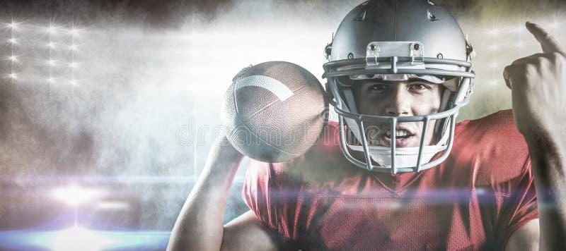 Zusammengesetztes Bild des Porträts des gestikulierenden Spielers des amerikanischen Fußballs beim Halten des Balls stockfoto