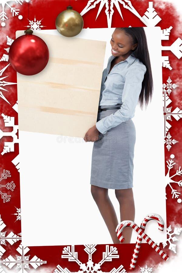 Zusammengesetztes Bild des Porträts einer lächelnden Geschäftsfrau, die eine Platte hält stockbilder