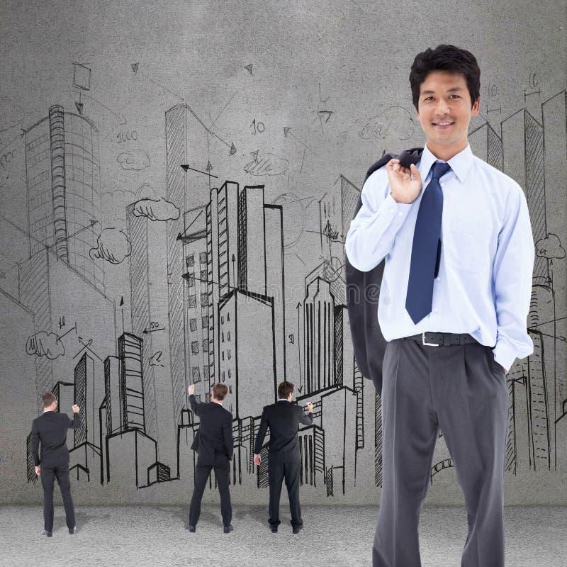Zusammengesetztes Bild des Porträts eines entspannten Geschäftsmannes mit seiner Jacke auf seiner Schulter stockfotografie