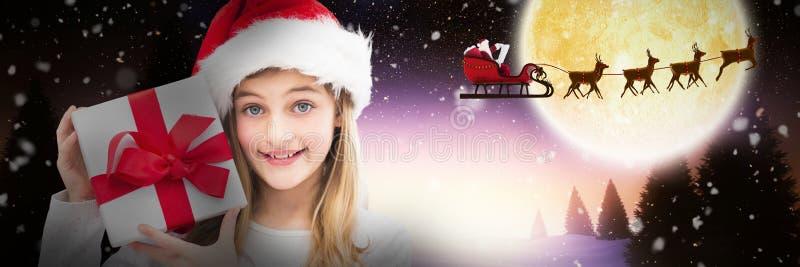 Zusammengesetztes Bild des Porträts des lächelnden Mädchens Weihnachtsgeschenk gegen weißen Hintergrund halten lizenzfreies stockfoto