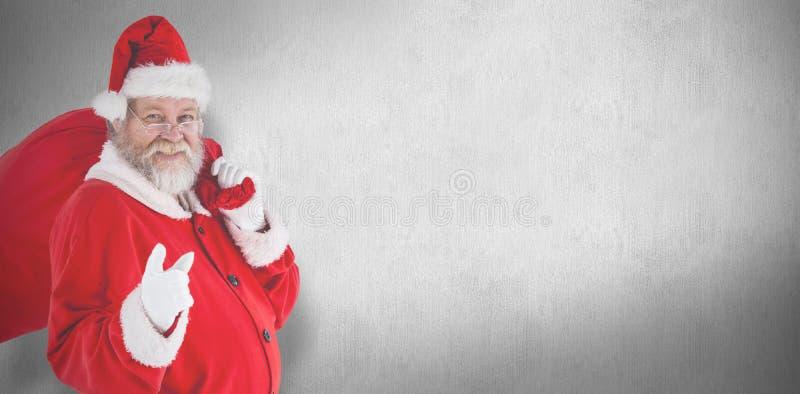 Zusammengesetztes Bild des Porträts von Weihnachtsmann zeigend beim Tragen der Weihnachtstasche lizenzfreies stockfoto