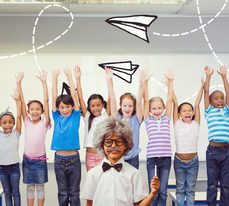 Zusammengesetztes Bild des Schülers kleidete oben in der Perücke an stockbild