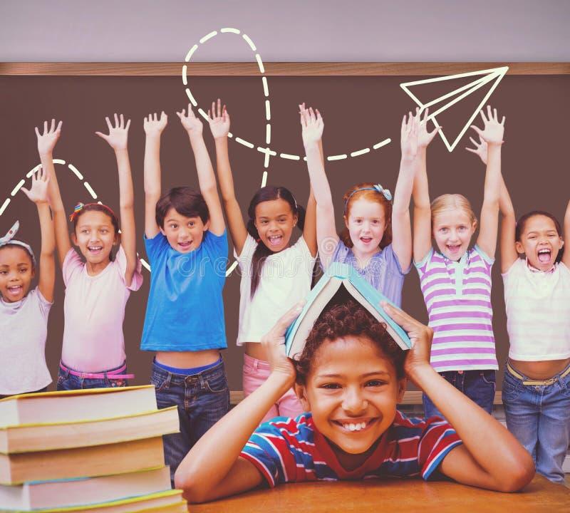Zusammengesetztes Bild des Schülers mit vielen Büchern lizenzfreies stockfoto