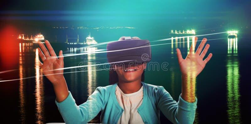 Zusammengesetztes Bild des schwarzen M?dchens mit Gl?sern der virtuellen Realit?t lizenzfreie stockfotos