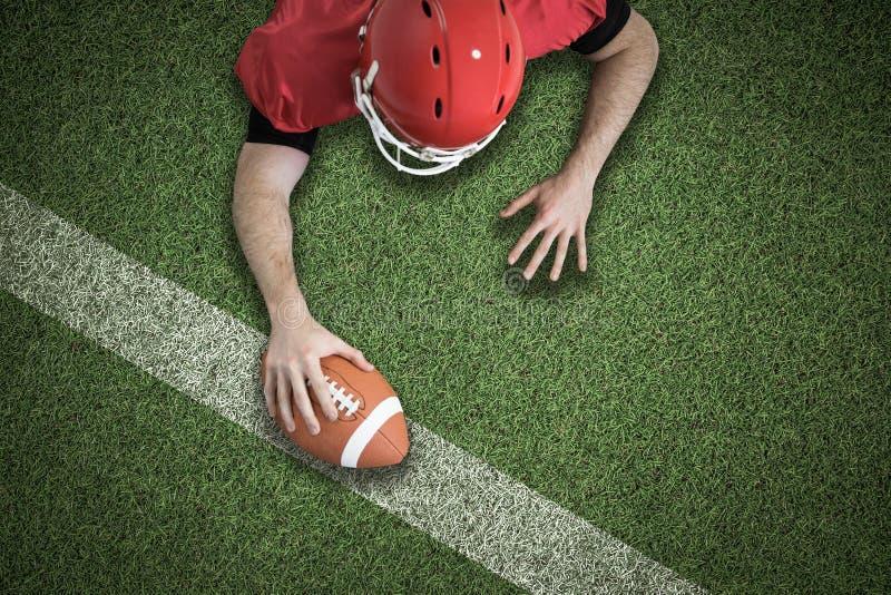 Zusammengesetztes Bild des Spielers des amerikanischen Fußballs, der versucht zu zählen stockfoto