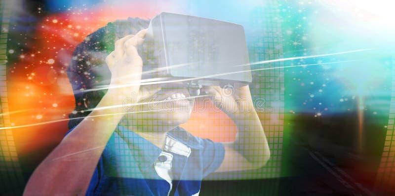 Zusammengesetztes Bild des tragenden Simulators der virtuellen Realität des Jungen lizenzfreies stockbild