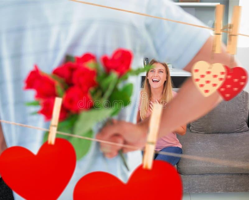 Zusammengesetztes Bild des versteckenden Blumenstraußes des Mannes der Rosen von lächelnder Freundin auf der Couch stock abbildung