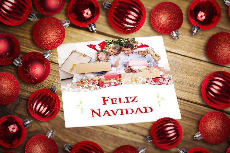 Zusammengesetztes Bild des Weihnachtsflitters auf Tabelle lizenzfreie stockfotografie