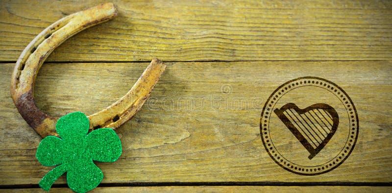 Zusammengesetztes Bild des zusammengesetzten Bildes St- Patricktages mit Harfensymbol lizenzfreies stockfoto