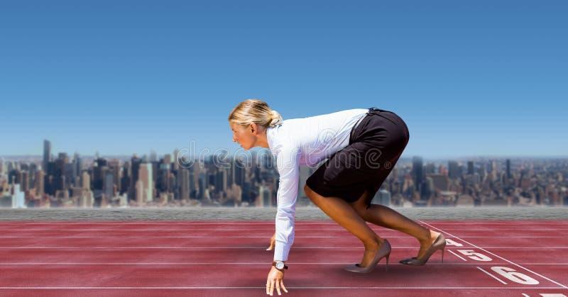 Zusammengesetztes Bild Digital der Geschäftsfrau auf Anfangszeile von Rennstrecken in der Stadt gegen Himmel stockfoto