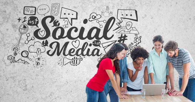 Zusammengesetztes Bild Digital von den jungen Leuten, die an Laptop mit der Tabelle und Gläsern Wasser a stehend arbeiten lizenzfreie abbildung