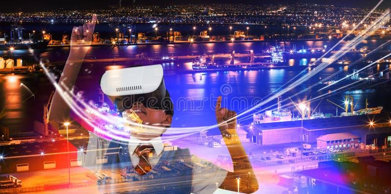 Zusammengesetztes Bild Kopfhörergenießens der virtuellen Realität des Schülers des tragenden stockbild