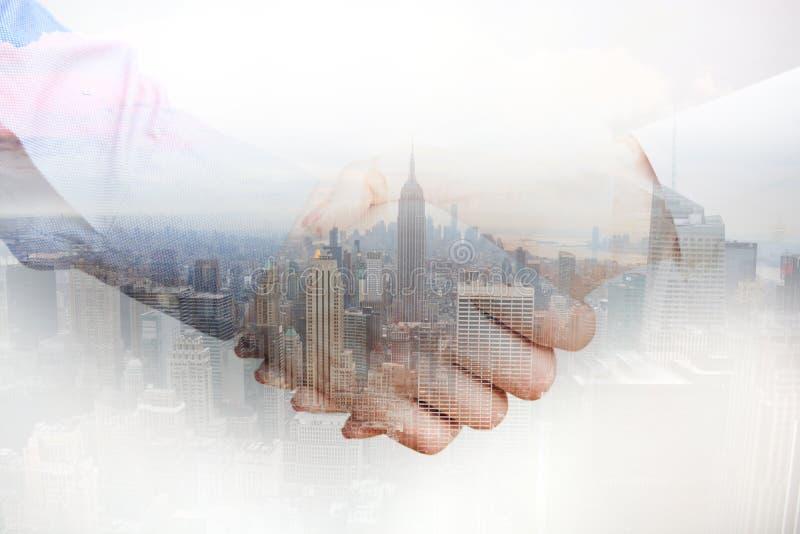 Zusammengesetztes Bild mit den Geschäftsleuten, die Hände und Stadtwolkenkratzer rütteln lizenzfreies stockbild