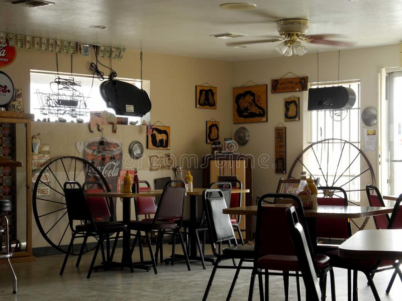 Zusammengesetztes Bild-Restaurant in der Wüste lizenzfreie stockfotografie
