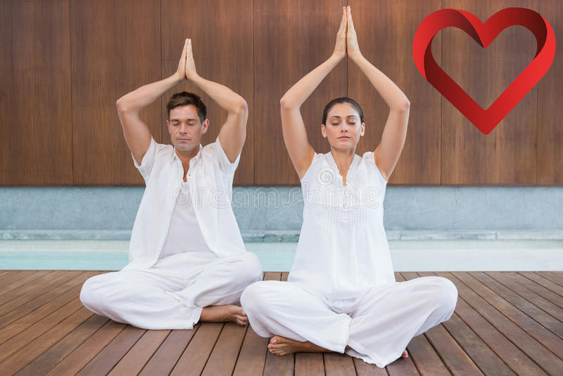 Zusammengesetztes Bild von attraktiven Paaren im weißen Sitzen im Lotos werfen mit den Händen zusammen auf lizenzfreie stockfotos