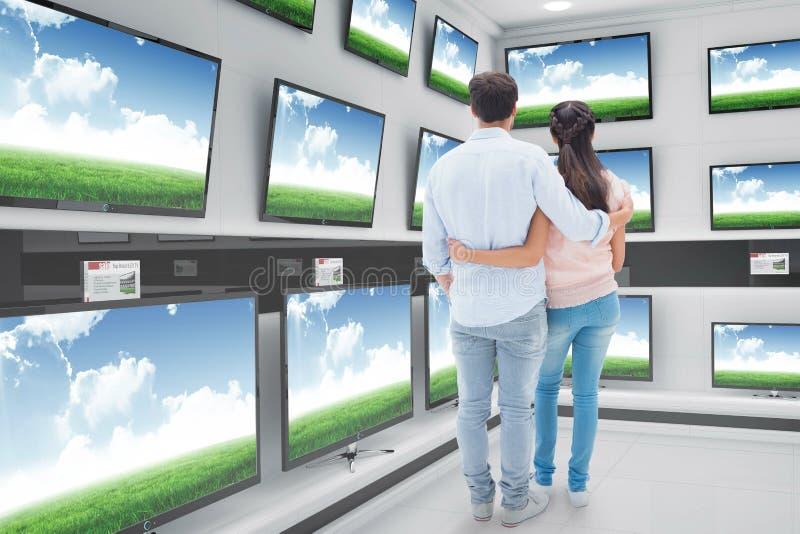 Zusammengesetztes Bild von den attraktiven jungen Paaren, die mit den Armen herum stehen stockbild