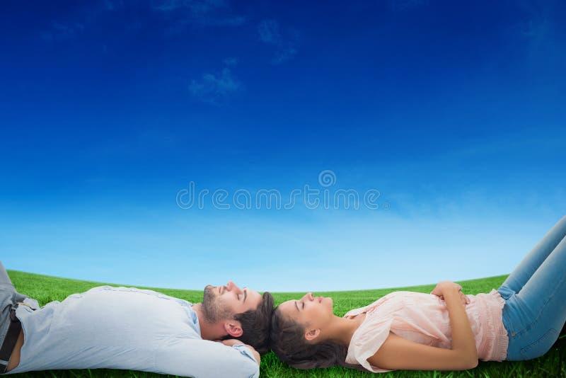 Zusammengesetztes Bild von den attraktiven jungen Paaren, die sich hinlegen stockbilder