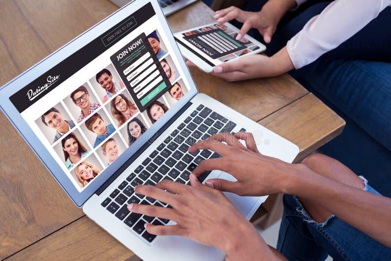 Zusammengesetztes Bild von den Führungskräften, die bei Tisch digitale Tablette und Laptop verwenden stockbild