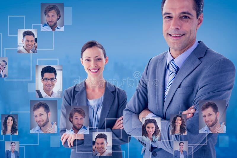 Zusammengesetztes Bild von den Geschäftskollegen, die an der Kamera lächeln lizenzfreies stockbild