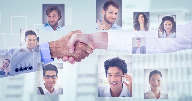 Zusammengesetztes Bild von den Geschäftsleuten, die Hände auf weißem Hintergrund rütteln lizenzfreies stockfoto