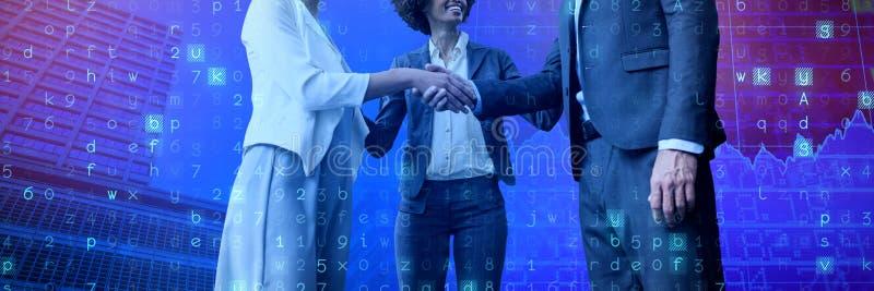 Zusammengesetztes Bild von den Geschäftsleuten, die Händedruck bei der Stellung gegen weißen Hintergrund geben lizenzfreies stockbild