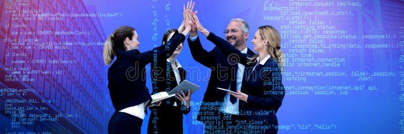 Zusammengesetztes Bild von den glücklichen Geschäftsleuten, die Hoch fünf gegen weißen Hintergrund geben stockfoto