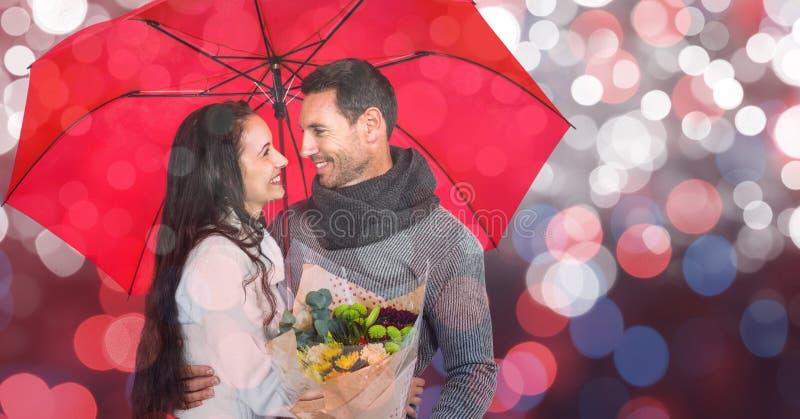 Zusammengesetztes Bild von den glücklichen jungen Paaren, die Regenschirm halten lizenzfreie stockfotos