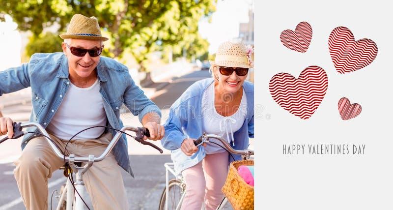 Zusammengesetztes Bild von den glücklichen reifen Paaren, die für ein Fahrrad gehen, reiten in die Stadt stockfotos