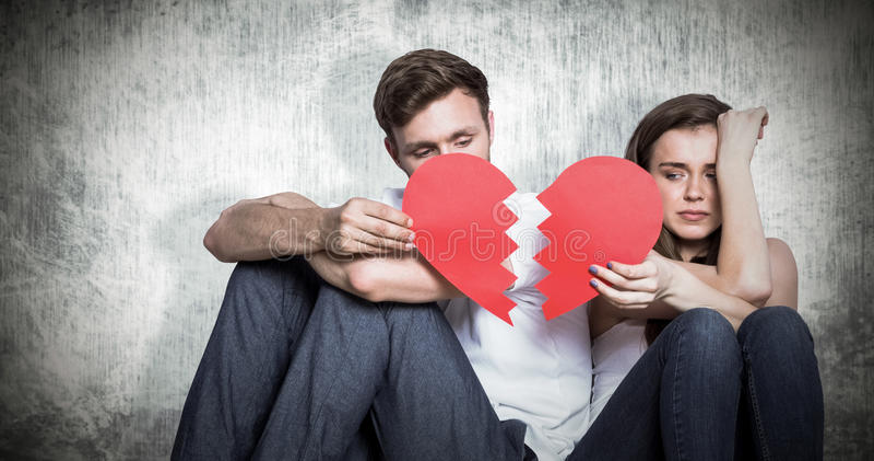 Zusammengesetztes Bild von den jungen Paaren, die defektes Herz halten stockbilder
