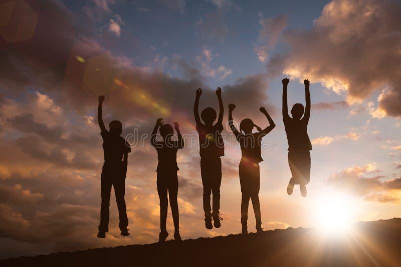 Zusammengesetztes Bild von den Kindern, die am Park springen stockfotografie