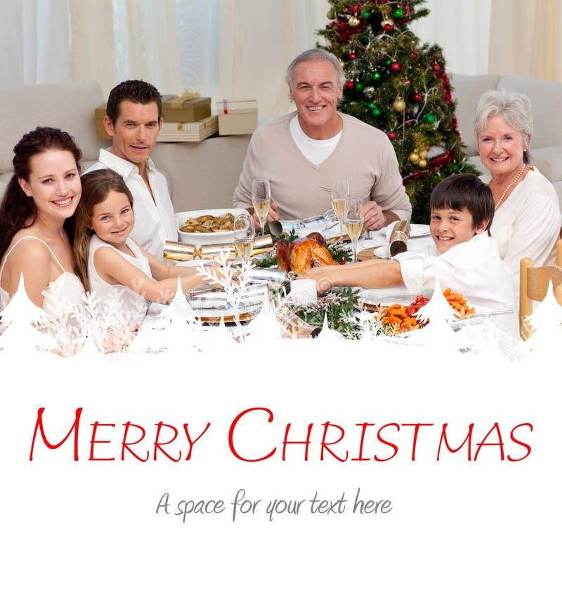 Zusammengesetztes Bild von den Kindern, die zu Hause einen Weihnachtscracker ziehen lizenzfreies stockfoto