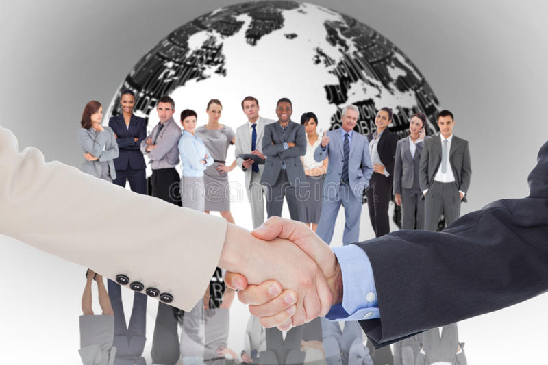 Zusammengesetztes Bild von den lächelnden Geschäftsleuten, die Hände beim Betrachten der Kamera rütteln stockfoto