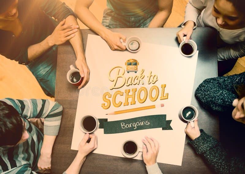 Zusammengesetztes Bild von den Leuten, die um trinkenden Kaffee der Tabelle sitzen stockbilder