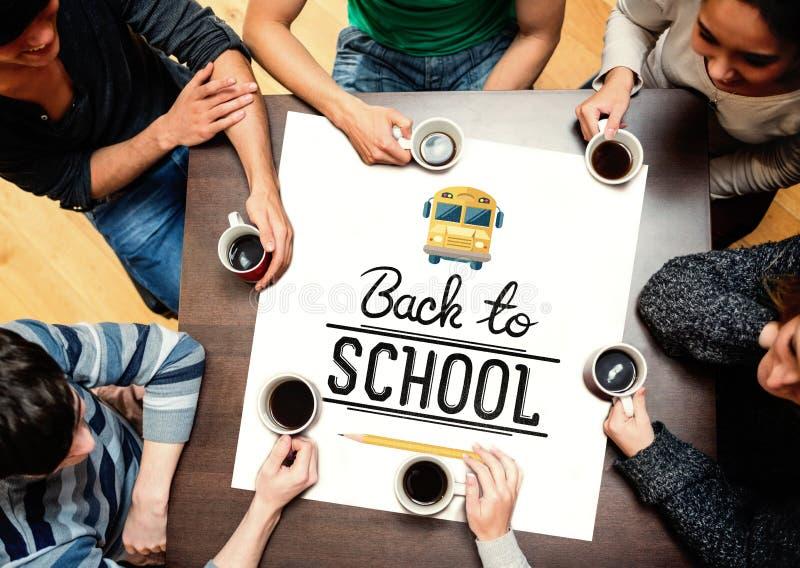 Zusammengesetztes Bild von den Leuten, die um trinkenden Kaffee der Tabelle sitzen lizenzfreie stockfotografie