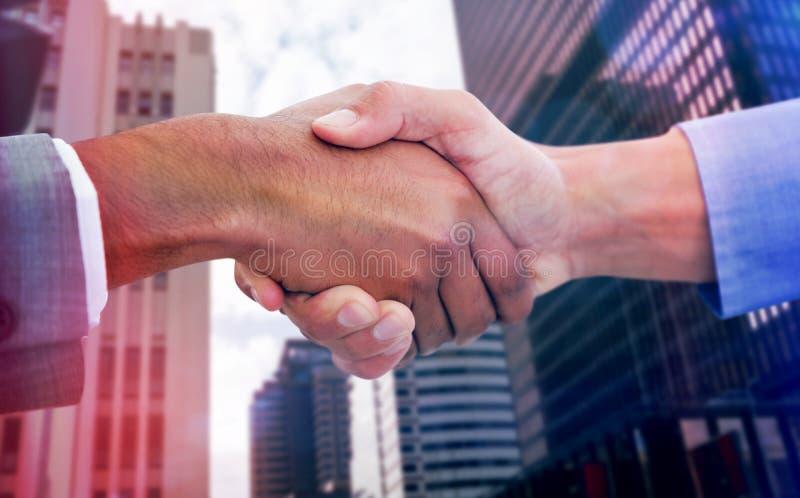 Zusammengesetztes Bild von den männlichen Kollegen, die Hände rütteln lizenzfreie stockfotos
