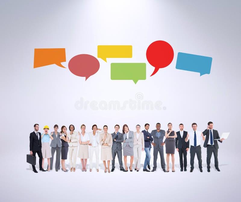 Zusammengesetztes Bild von den multiethnischen Geschäftsleuten, die nebeneinander stehen stockfoto
