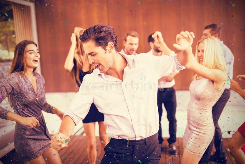 Zusammengesetztes Bild von den netten Freunden, die in Partei tanzen stockfoto