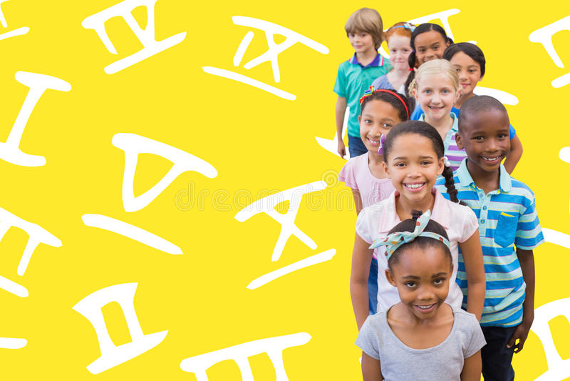Zusammengesetztes Bild von den netten Schülern, die an der Kamera im Klassenzimmer lächeln lizenzfreie stockfotos