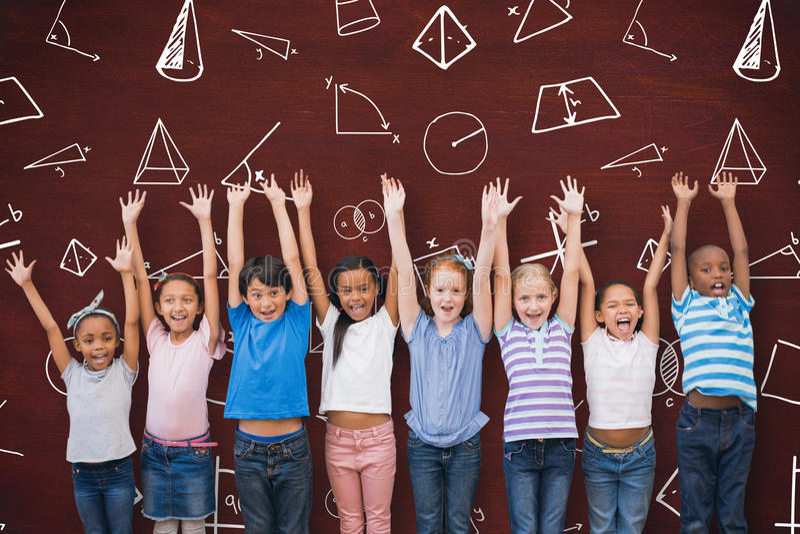 Zusammengesetztes Bild von den netten Schülern, die an der Kamera im Klassenzimmer lächeln stockfotos
