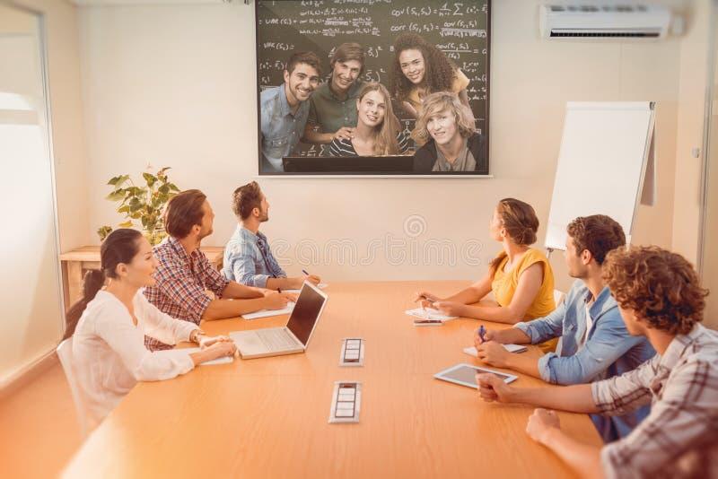 Zusammengesetztes Bild von den Studenten, die Computer verwenden stockbilder