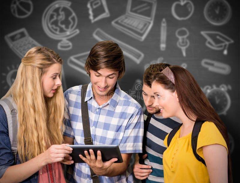 Zusammengesetztes Bild von den Studenten, die digitale Tablette am Collegekorridor verwenden lizenzfreies stockbild