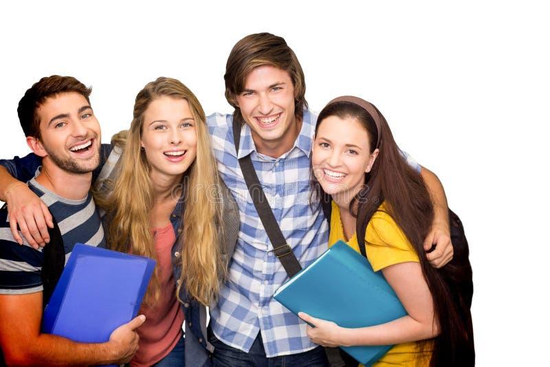 Zusammengesetztes Bild von den Studenten, die Ordner am Collegekorridor halten stockbild