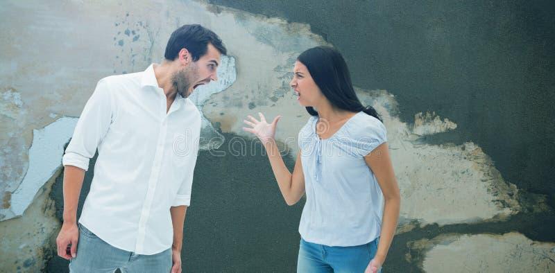 Zusammengesetztes Bild von den verärgerten Paaren, die an einander schreien stockfoto