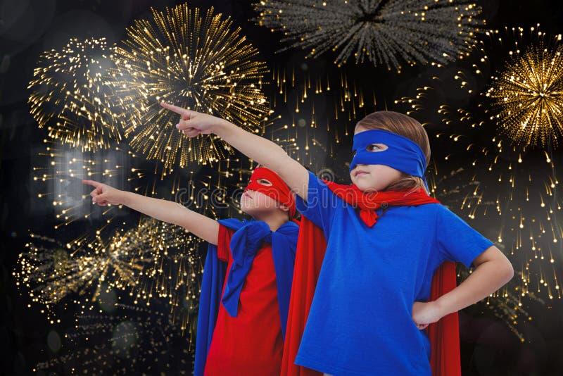 Zusammengesetztes Bild von den verdeckten Kindern, die vortäuschen, Superhelden zu sein lizenzfreie abbildung